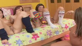 Chaude partouze lesbienne dans une baraque entre une bande de nanas vicieuses.